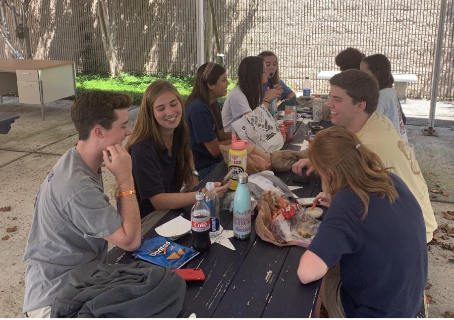 Seniors+enjoy+lunch+break+on+the+patio